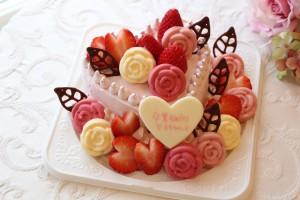ピンク色のハートのケーキ